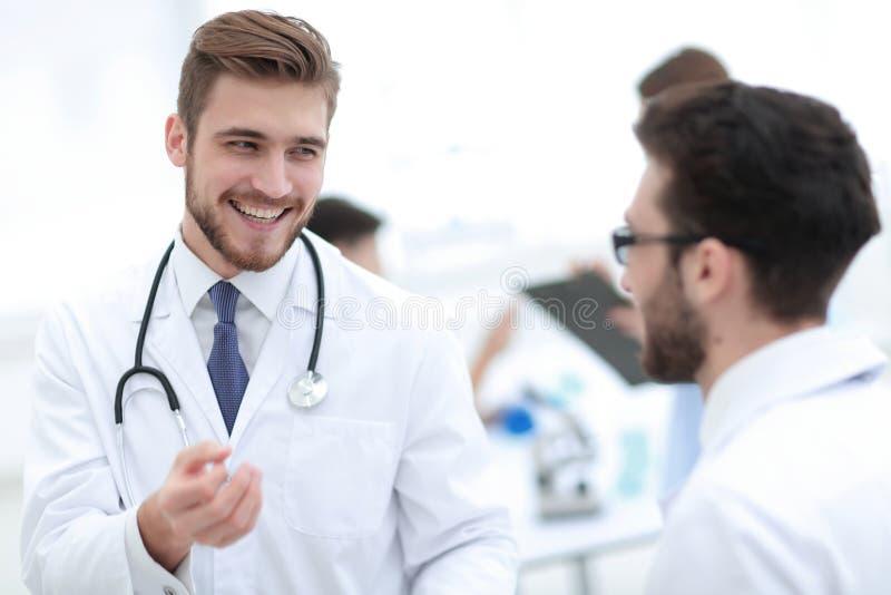 Γιατρός και εργαστηριακό προσωπικό στοκ εικόνες με δικαίωμα ελεύθερης χρήσης