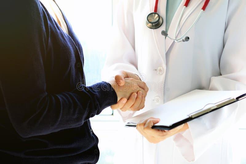Γιατρός και θηλυκά υπομονετικά χέρια τινάγματος, υγειονομική περίθαλψη και έννοια βοήθειας στοκ εικόνες με δικαίωμα ελεύθερης χρήσης