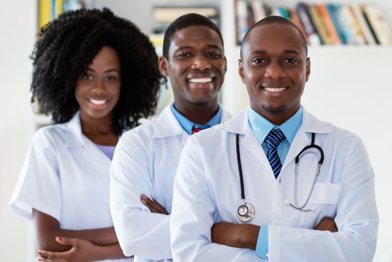 Γιατρός και ιατρός παθολόγος και νοσοκόμα ως ιατρική ομάδα αφροαμερικάνων στοκ εικόνες