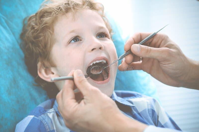 Γιατρός και υπομονετικό παιδί Αγόρι που έχει τα δόντια του εξετασμένων με την ιατρική οδοντιάτρων, την υγειονομική περίθαλψη και  στοκ εικόνες με δικαίωμα ελεύθερης χρήσης