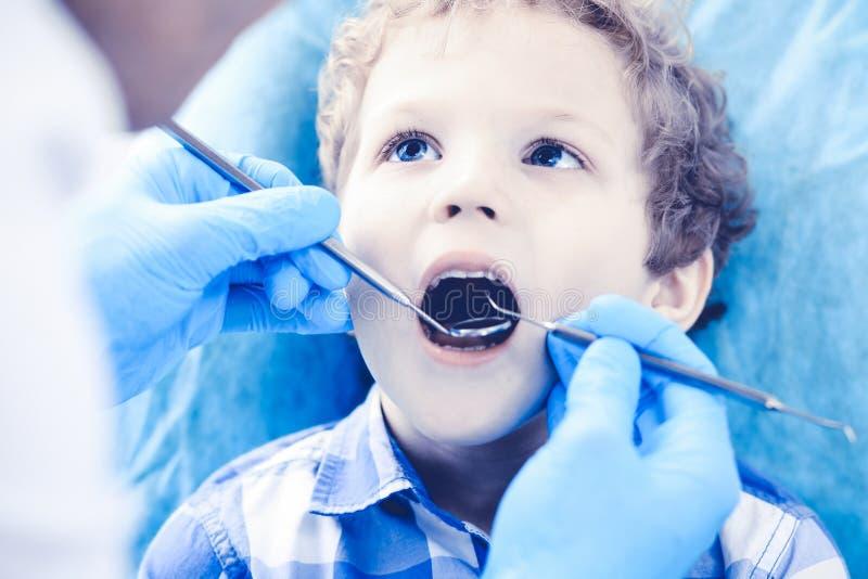 Γιατρός και υπομονετικό παιδί Αγόρι που έχει τα δόντια του εξετασμένων με την ιατρική οδοντιάτρων, την υγειονομική περίθαλψη και  στοκ φωτογραφίες με δικαίωμα ελεύθερης χρήσης