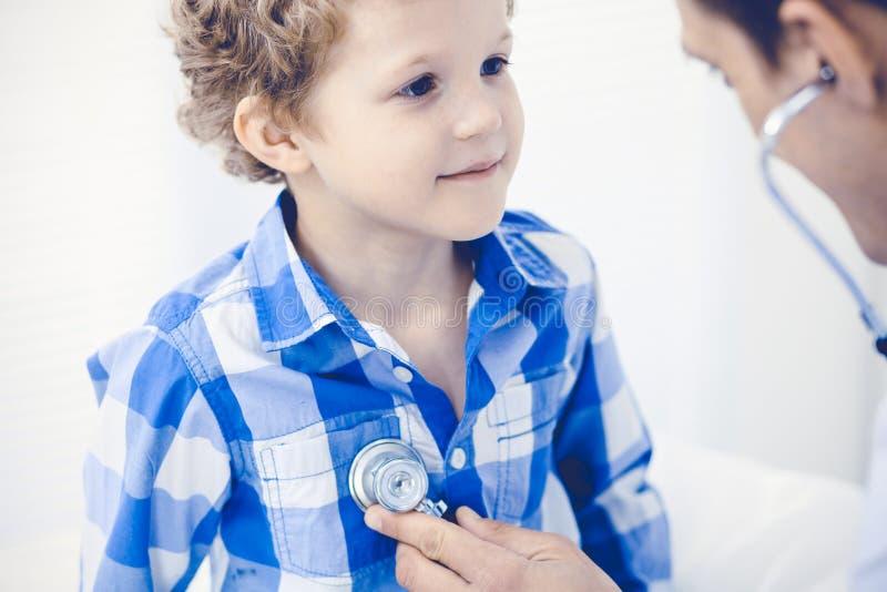 Γιατρός και υπομονετικό παιδί Παθολόγος που εξετάζει το μικρό παιδί Κανονική ιατρική επίσκεψη στην κλινική Ιατρική και υγειονομικ στοκ φωτογραφίες