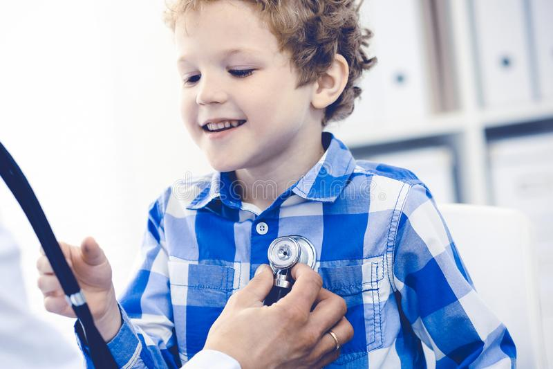 Γιατρός και υπομονετικό παιδί Παθολόγος που εξετάζει το μικρό παιδί Κανονική ιατρική επίσκεψη στην κλινική Ιατρική και υγειονομικ στοκ εικόνα