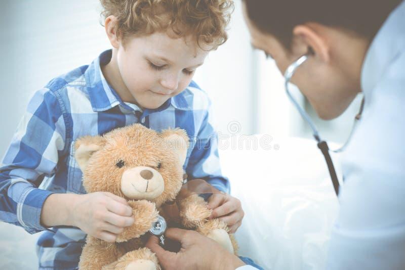 Γιατρός και υπομονετικό παιδί Παθολόγος που εξετάζει το μικρό παιδί Κανονική ιατρική επίσκεψη στην κλινική Ιατρική και υγειονομικ στοκ εικόνες