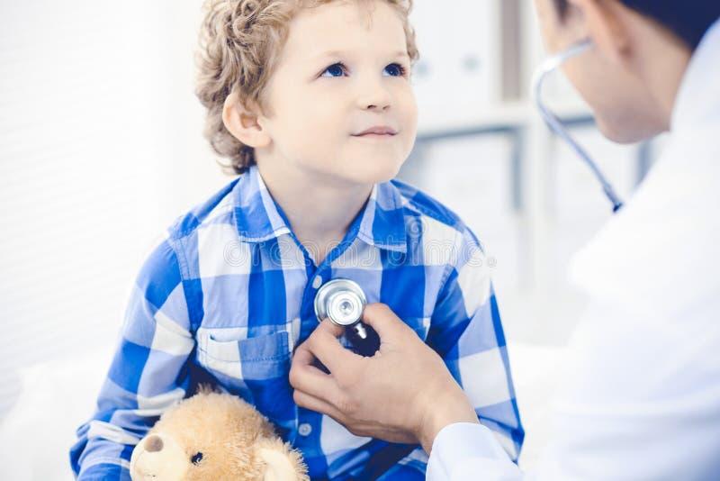 Γιατρός και υπομονετικό παιδί Παθολόγος που εξετάζει το μικρό παιδί Κανονική ιατρική επίσκεψη στην κλινική Ιατρική και υγειονομικ στοκ εικόνες με δικαίωμα ελεύθερης χρήσης