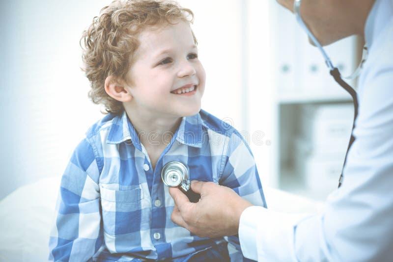 Γιατρός και υπομονετικό παιδί Παθολόγος που εξετάζει το μικρό παιδί Κανονική ιατρική επίσκεψη στην κλινική Ιατρική και υγειονομικ στοκ φωτογραφίες με δικαίωμα ελεύθερης χρήσης