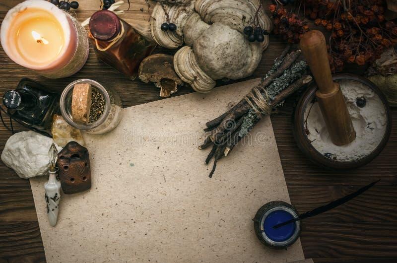Γιατρός μαγισσών σαμάνος witchcraft Μαγικός πίνακας εναλλακτικός δίσκος biloba λουτρών μπαμπού ginkgo items medicine spa στοκ φωτογραφίες με δικαίωμα ελεύθερης χρήσης