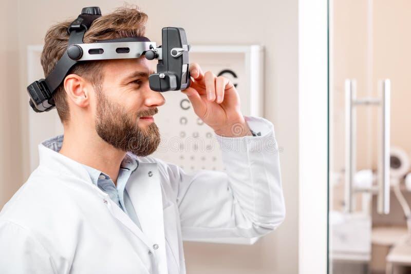 Γιατρός ματιών με τη διοφθαλμική συσκευή στοκ εικόνες
