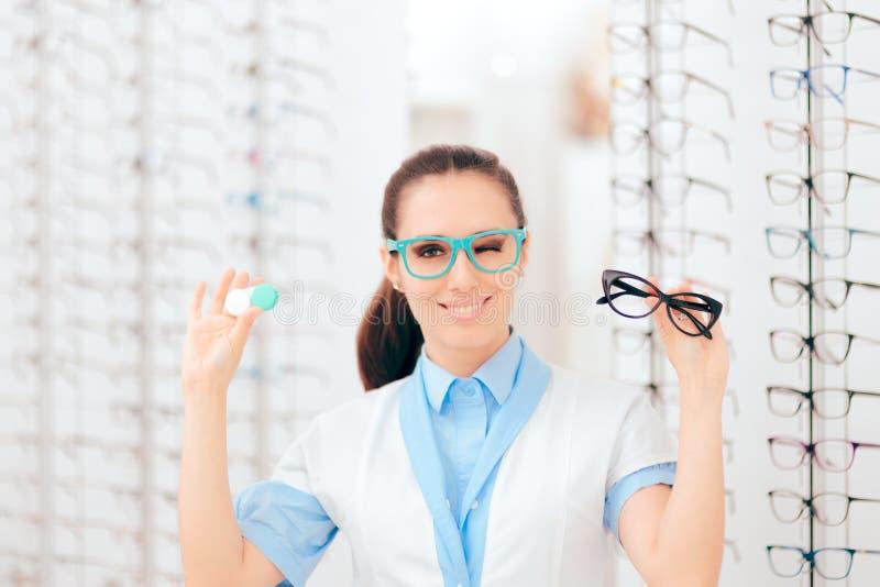 Γιατρός ματιών που συγκρίνει τις επαφές με Eyeglasses για τη διόρθωση οράματος στοκ εικόνα