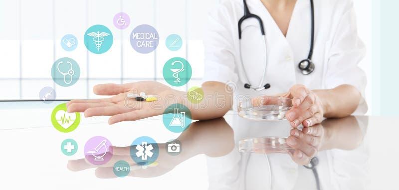 Γιατρός με τα χάπια διαθέσιμα και τα χρωματισμένα εικονίδια θολωμένο ανασκόπηση χάπι μασκών υγείας προσώπου έννοιας προσοχής προσ στοκ φωτογραφία με δικαίωμα ελεύθερης χρήσης