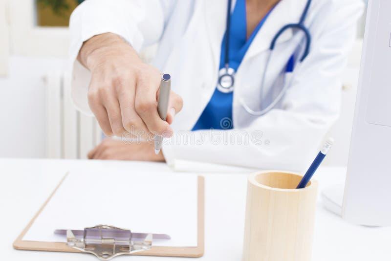 Γιατρός με τη μάνδρα που υπογράφει στοκ φωτογραφίες με δικαίωμα ελεύθερης χρήσης