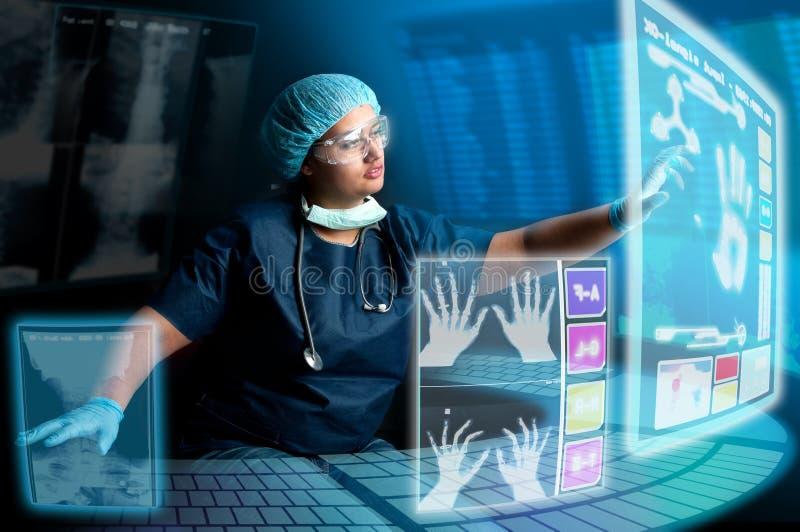 Γιατρός με τις οθόνες στοκ φωτογραφία