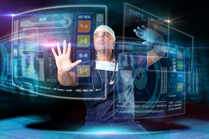 Γιατρός με τις οθόνες στοκ φωτογραφία με δικαίωμα ελεύθερης χρήσης