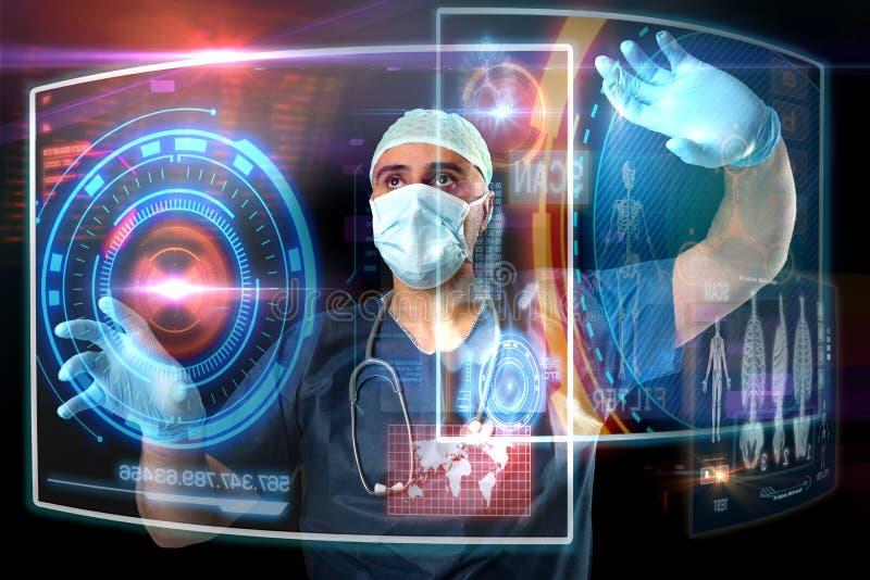 Γιατρός με τις οθόνες στοκ εικόνα με δικαίωμα ελεύθερης χρήσης
