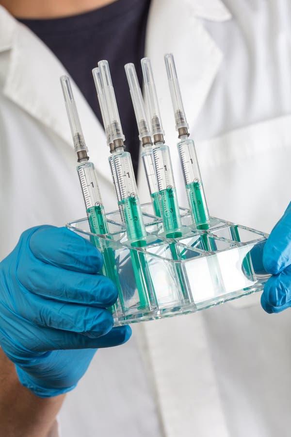 Γιατρός με τον εμβολιασμό syrenges στα χέρια του στοκ φωτογραφίες με δικαίωμα ελεύθερης χρήσης