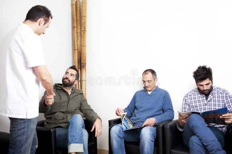 Γιατρός με τους ασθενείς στη αίθουσα αναμονής στοκ φωτογραφίες με δικαίωμα ελεύθερης χρήσης