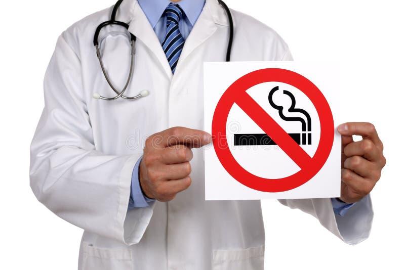Γιατρός με το σημάδι απαγόρευσης του καπνίσματος στοκ εικόνες με δικαίωμα ελεύθερης χρήσης