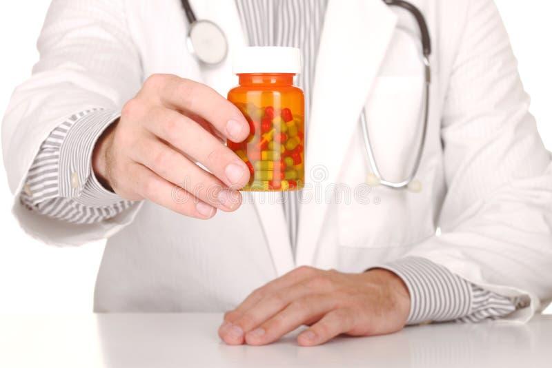 Γιατρός με το φάρμακο στα μπουκάλια συνταγών στοκ εικόνα