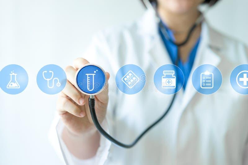Γιατρός & νοσοκόμα ιατρικής που εργάζονται με τα ιατρικά εικονίδια στοκ φωτογραφίες με δικαίωμα ελεύθερης χρήσης
