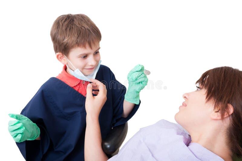 Γιατρός οδοντιάτρων παιδιών με το θηλυκό ασθενή στοκ εικόνες