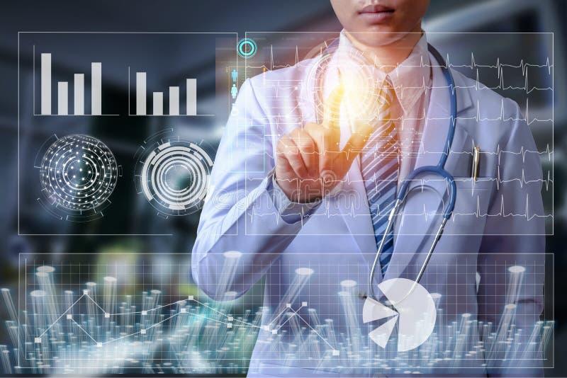 Γιατρός που αγγίζει στη οθόνη υπολογιστή της φουτουριστικής τεχνολογίας scre στοκ εικόνες
