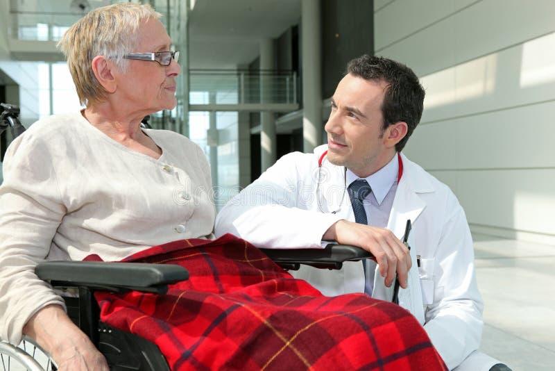 Γιατρός που απαντά στις ερωτήσεις στοκ εικόνες με δικαίωμα ελεύθερης χρήσης