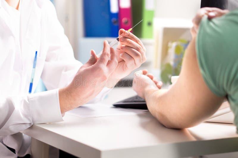 Γιατρός που δίνει τον υπομονετικό πυροβολισμό εμβολίων, γρίπης ή γρίπης στοκ εικόνες με δικαίωμα ελεύθερης χρήσης