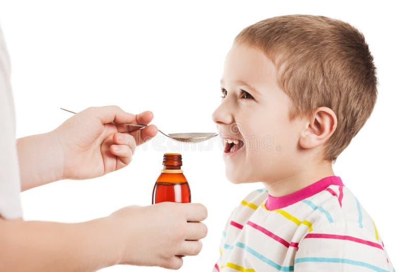 Γιατρός που δίνει το κουτάλι του σιροπιού στο αγόρι στοκ φωτογραφία με δικαίωμα ελεύθερης χρήσης