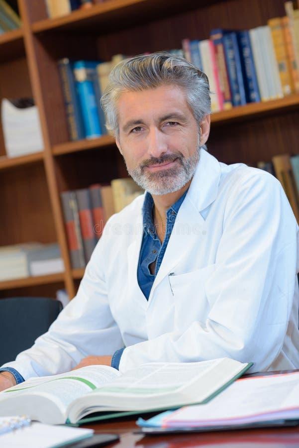 Γιατρός που διαβάζει μερικά βιβλία στοκ εικόνες με δικαίωμα ελεύθερης χρήσης