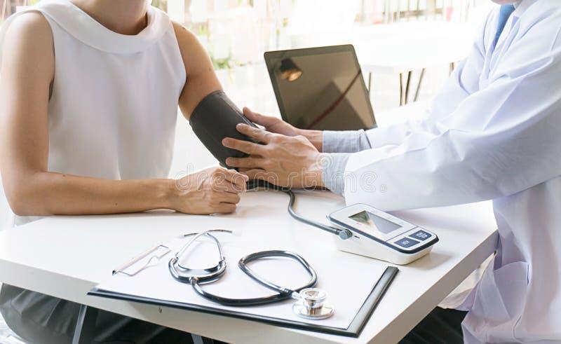 Γιατρός που ελέγχει την υπομονετική αρτηριακή πίεση του αίματος ηλικιωμένων γυναικών Healt στοκ εικόνες