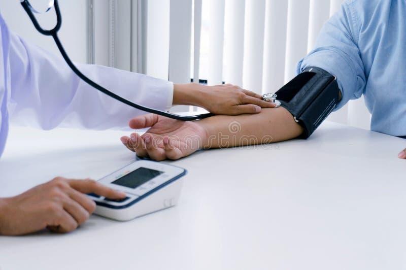 Γιατρός που ελέγχει την υπομονετική αρτηριακή πίεση του αίματος ηλικιωμένων γυναικών Healt στοκ εικόνες με δικαίωμα ελεύθερης χρήσης