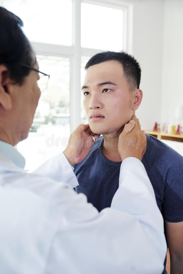 Γιατρός που ελέγχει τις αμυγδαλές στοκ εικόνες