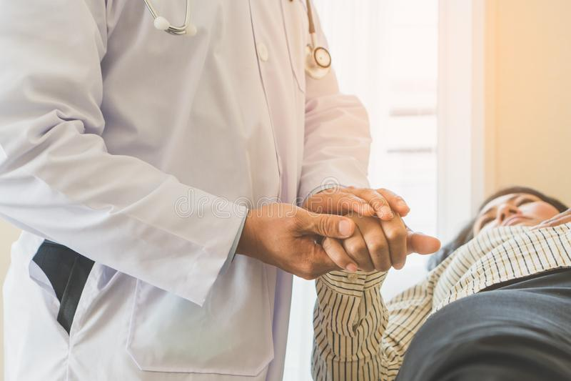 Γιατρός που ενθαρρύνει τον ασθενή κατά τη διάρκεια της θεραπείας θεραπείας στοκ εικόνα