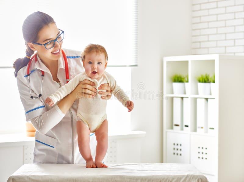 Γιατρός που εξετάζει ένα μωρό στοκ φωτογραφία