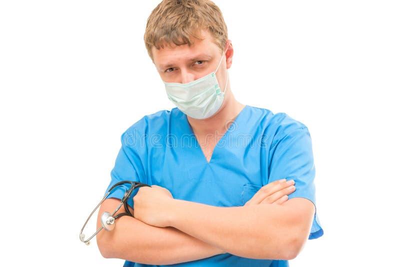 Γιατρός που εξετάζει τη κάμερα που φορά μια μάσκα πολύ στοκ φωτογραφία με δικαίωμα ελεύθερης χρήσης