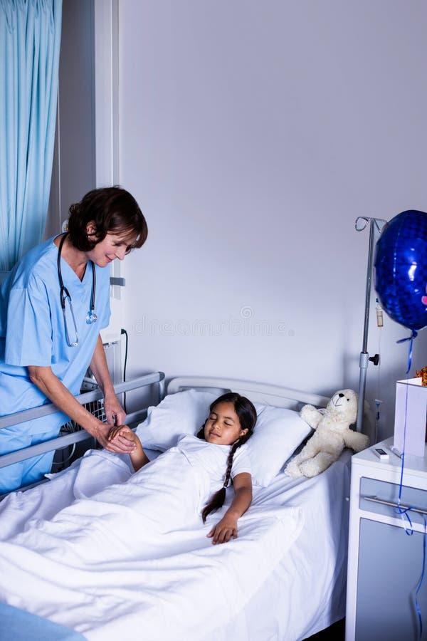 γιατρός που εξετάζει το&nu στοκ φωτογραφίες