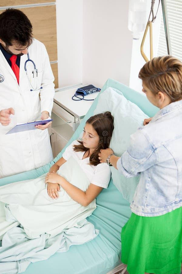 Γιατρός που επισκέπτεται το υπομονετικό κορίτσι στοκ εικόνες