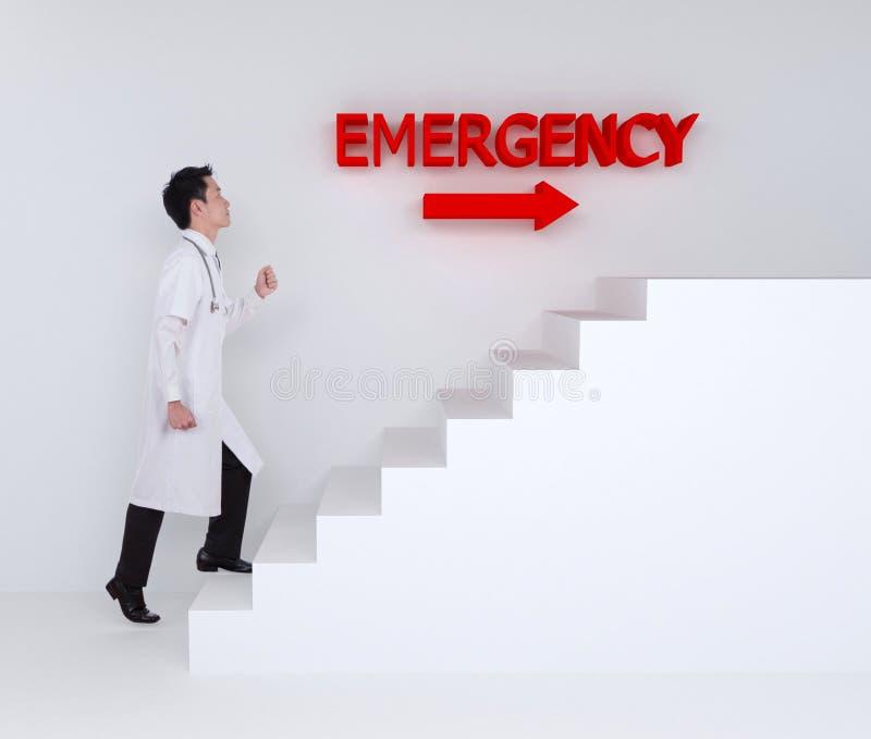 Γιατρός που επιταχύνει στα σκαλοπάτια στη εντατική απεικόνιση αποθεμάτων