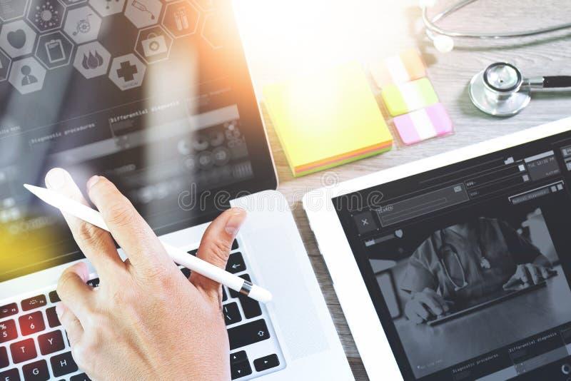 Γιατρός που εργάζεται με την ψηφιακούς ταμπλέτα και το φορητό προσωπικό υπολογιστή με smar στοκ φωτογραφία με δικαίωμα ελεύθερης χρήσης