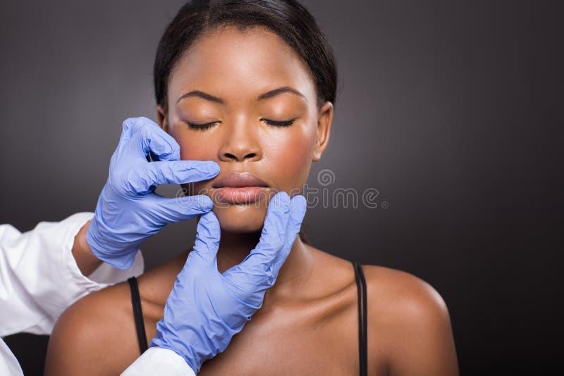 Γιατρός που ελέγχει τη πλαστική χειρουργική στοκ φωτογραφία με δικαίωμα ελεύθερης χρήσης