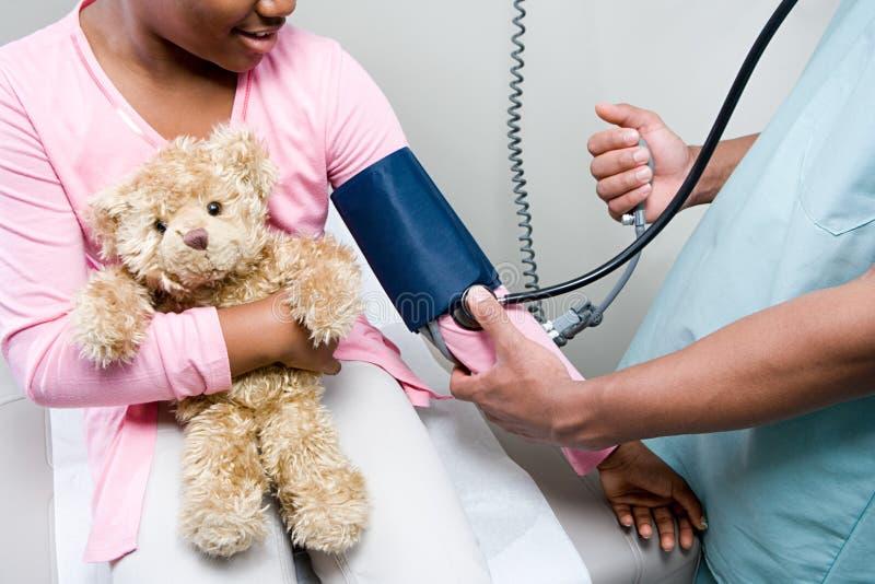 Γιατρός που ελέγχει το κορίτσι στοκ φωτογραφία με δικαίωμα ελεύθερης χρήσης