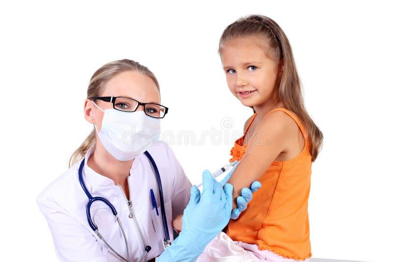 Γιατρός που κάνει την έγχυση εμβολίων στο παιδί στοκ εικόνες με δικαίωμα ελεύθερης χρήσης