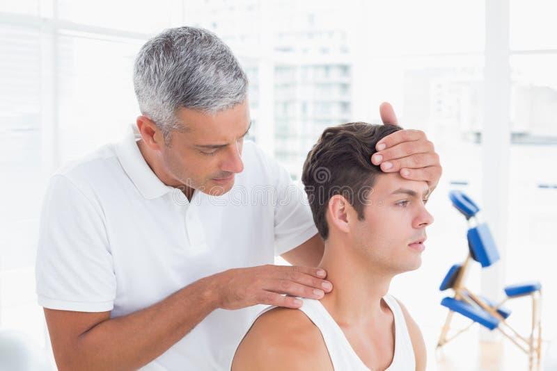 Γιατρός που κάνει τη ρύθμιση λαιμών στοκ φωτογραφία με δικαίωμα ελεύθερης χρήσης