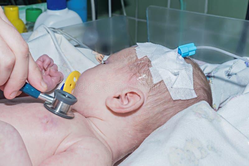 Γιατρός που κάνει auscultation το νεογέννητο μωρό με το περιφερειακό intraveno στοκ φωτογραφίες με δικαίωμα ελεύθερης χρήσης