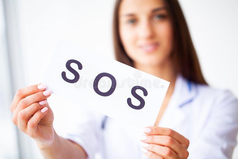 ( Γιατρός που κρατά μια κάρτα με το SOS συμβόλων, ιατρική έννοια στοκ εικόνες