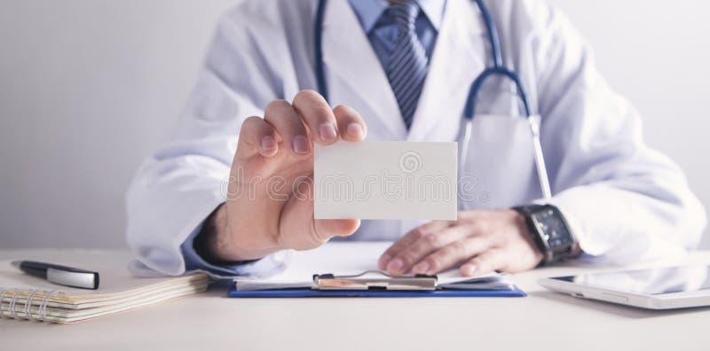 Γιατρός που κρατά την κενή επαγγελματική κάρτα Υγεία και ιατρική έννοια στοκ εικόνες