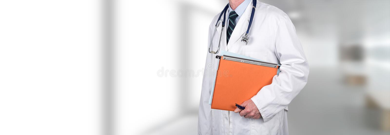 Γιατρός που κρατά το ιατρικό αρχείο στοκ φωτογραφίες
