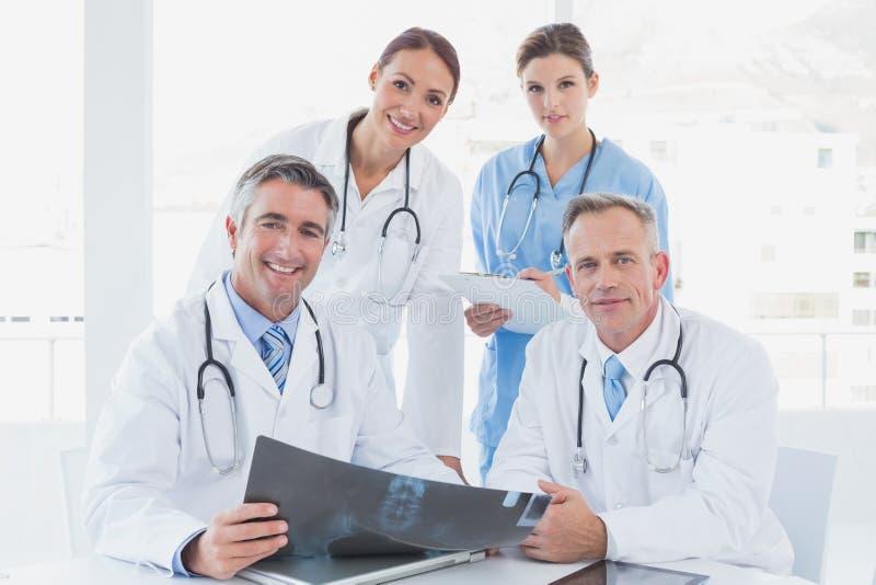 Γιατρός που κρατά ψηλά μια ακτίνα X στοκ εικόνες με δικαίωμα ελεύθερης χρήσης