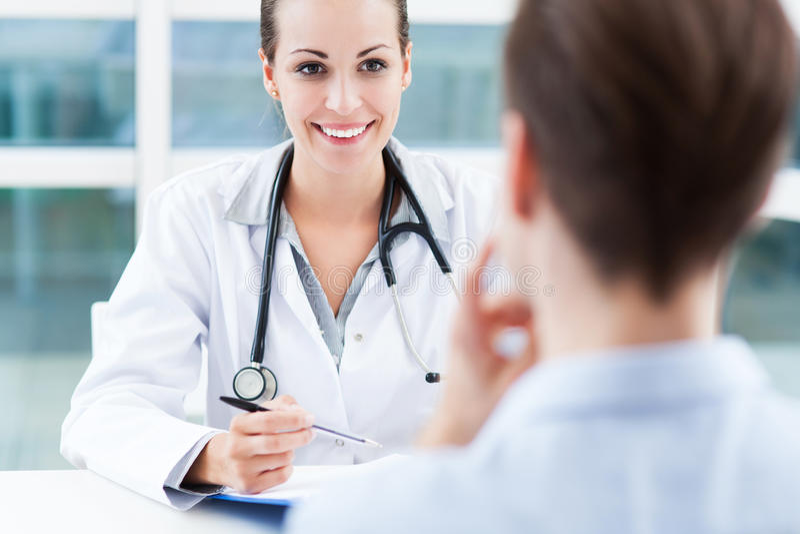 Γιατρός που μιλά στον ασθενή στοκ φωτογραφία με δικαίωμα ελεύθερης χρήσης