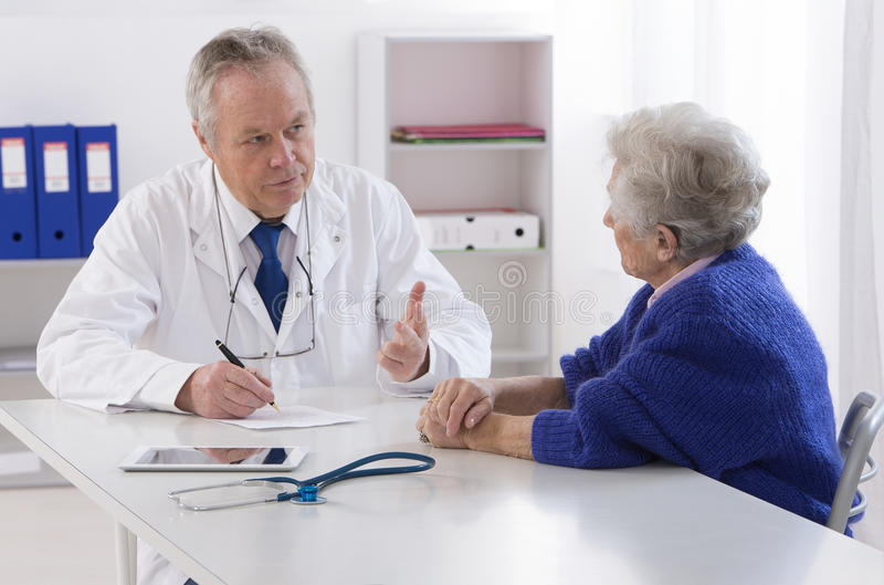 Γιατρός που μιλά στο θηλυκό ανώτερο ασθενή του στοκ φωτογραφία με δικαίωμα ελεύθερης χρήσης